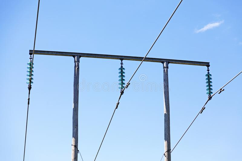 Elektrische Pfosten mit Drähten und Transformatoren lizenzfreies stockbild