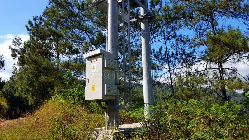 Elektrische Pfosten mit Kabeln, Verteilung des Stroms zu den Häusern und Industriegebiete stockfotos