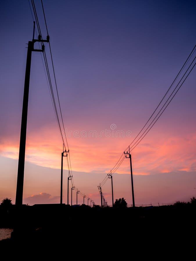 Elektrische Pfostenstruktur auf Sonnenuntergang lizenzfreie stockfotos