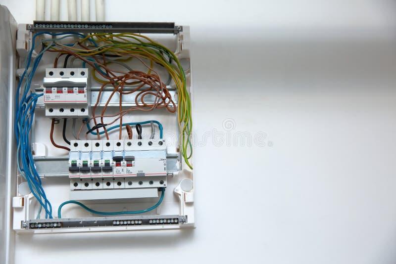 Elektrische Platte mit Sicherungen Alle Drähte sind an die rechten Plätze angeschlossen worden stockfoto