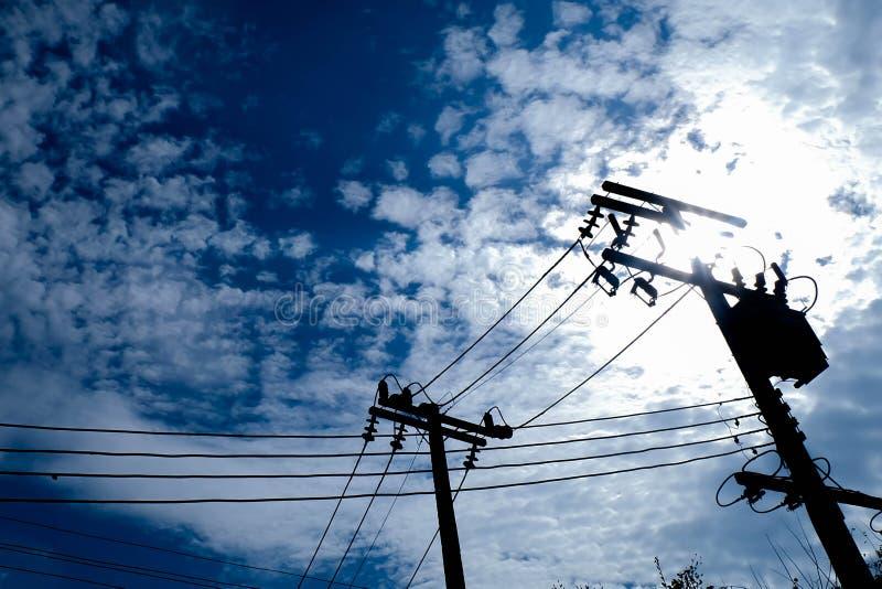 Elektrische polen met draad stock afbeeldingen