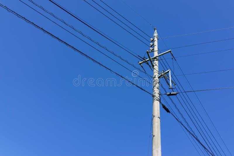 Elektrische powerline met pool en draad met duidelijke blauwe hemel backgr royalty-vrije stock fotografie
