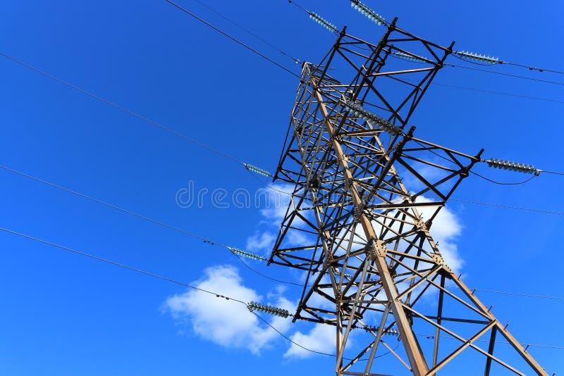 Elektrische pyloon op blauwe hemel royalty-vrije stock afbeeldingen