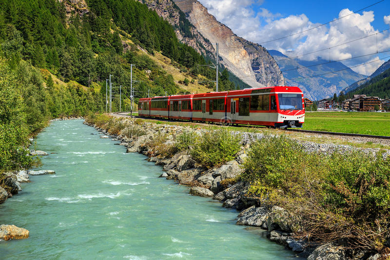 Elektrische rode toeristentrein in Zwitserland, Europa royalty-vrije stock fotografie