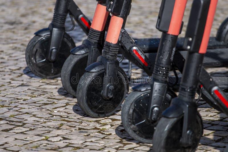 Elektrische Roller in der Reihe auf der Straße stockfoto