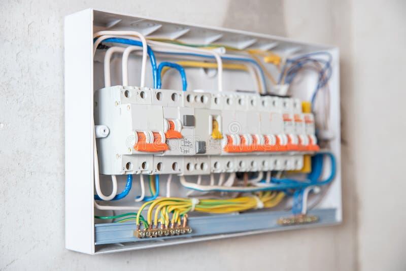 Elektrische schakelbordbedieningspaneel voor huishoudelijk gebruik voor distributie en stroomvoorziening witte achtergrond stock fotografie