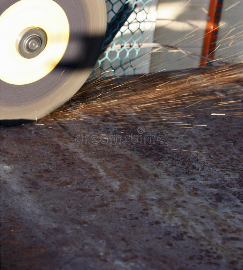 Elektrische Schleifscheibe auf der Stahlkonstruktion, bulgarische Nahaufnahme Funken vom Schleifer stockfotos