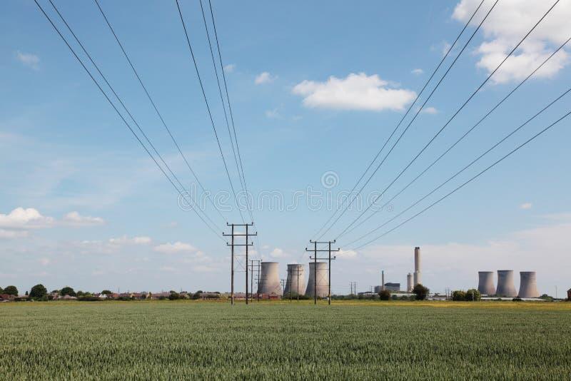 Elektrische Seilzüge, die zu eine Triebwerkanlage führen lizenzfreie stockfotos