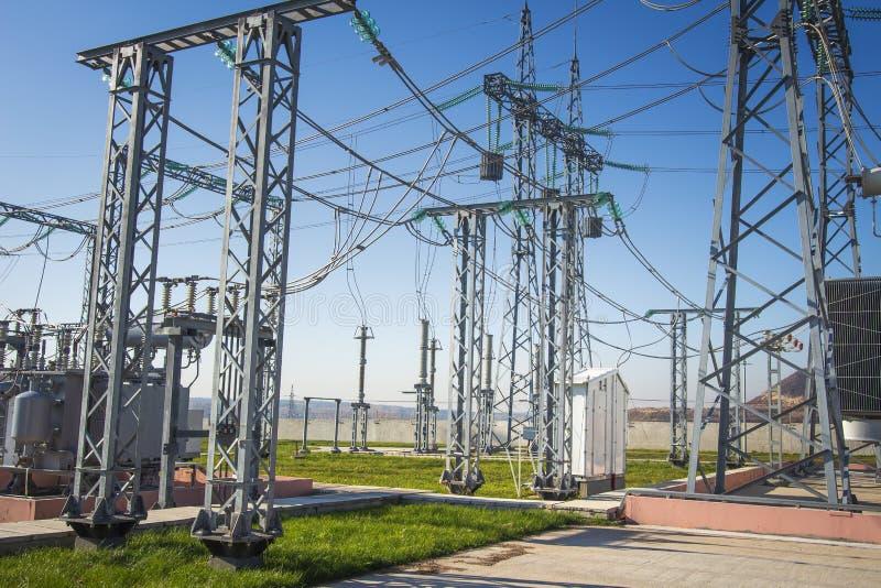 Elektrische Station Industrielle Verteilung des Stroms Elektrische Nebenstelle der Energie mit Hochspannungsausrüstungen stockbilder