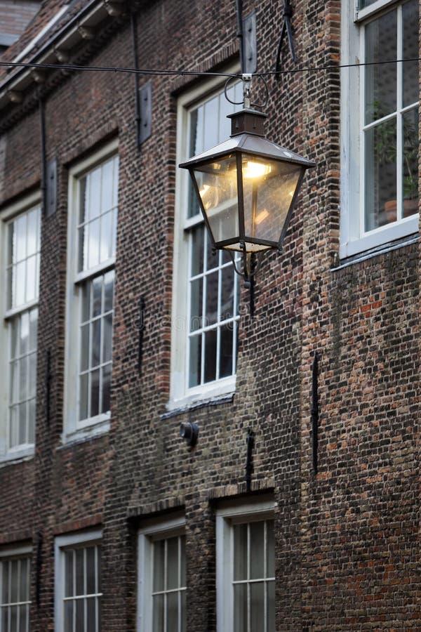 Elektrische straatlamp in nostalgia Dordrecht stock foto's
