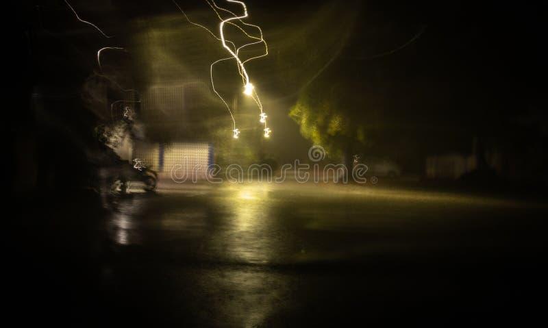 Elektrische stroom die tijdens regen en het donderen vonken royalty-vrije stock afbeeldingen
