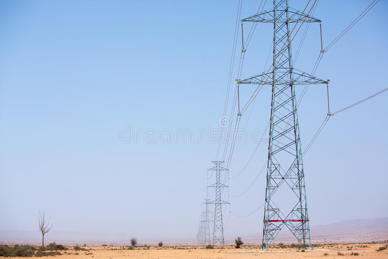 Elektrische Türme über der Wüste nahe Tata, Marokko stockfotografie