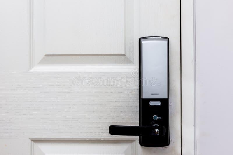 Elektrische Türschlösser auf weißer Tür lizenzfreie stockfotografie