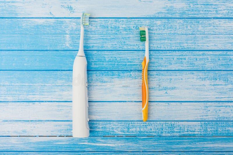 Elektrische Tandenborstel tegenover Normaal Handborstelconcept op Hoog C royalty-vrije stock fotografie