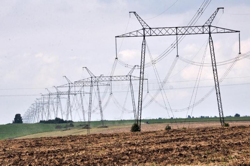 Elektrische transmissielijn met hoog voltage stock foto's