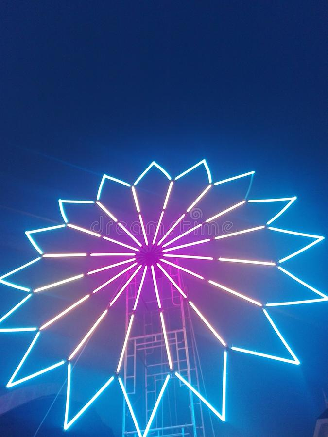 Elektrische turbine en nachthemel stock afbeelding