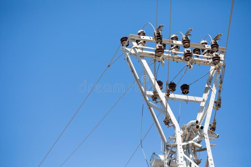 Elektrische Turmnahaufnahme mit Kopienraum für Text, mit klarem blauem Himmel im Hintergrund Hochspannungsleitung und Strom lizenzfreies stockbild