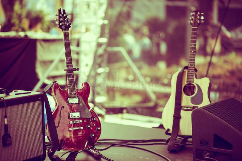 Elektrische und Akustikgitarren stockfoto