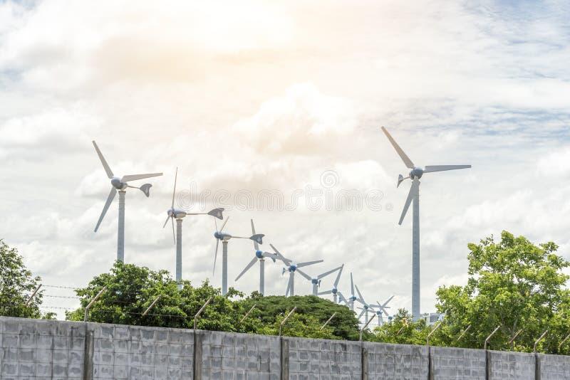 Elektrische windmolens voor het produceren van machtsventilator, Technologie en Aardconcept royalty-vrije stock afbeelding