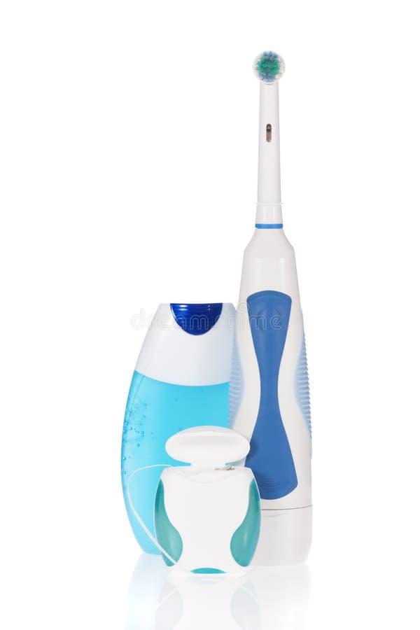 Elektrische Zahnbürste, Zahnpasta und zahnmedizinische Glasschlacke stockfotografie