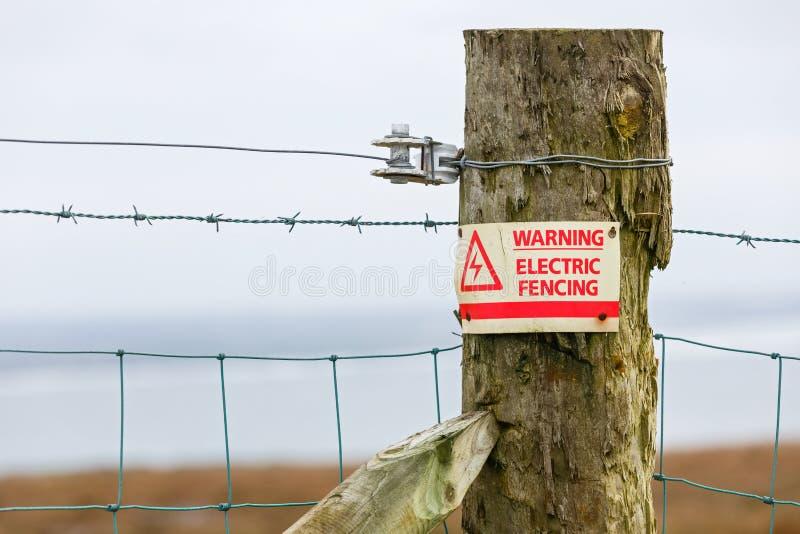 Elektrische Zaungefahrenwarnzeichen lizenzfreies stockfoto