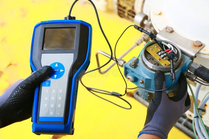 Elektrischer Anschluss im Anschlusskasten und Service durch Techniker Elektrisches Gerät installieren in Bedienfeld für Hilfsprog lizenzfreies stockbild