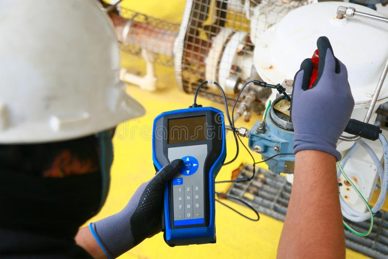Elektrischer Anschluss im Anschlusskasten und Service durch Techniker Elektrisches Gerät installieren in Bedienfeld für Hilfsprog stockfotografie