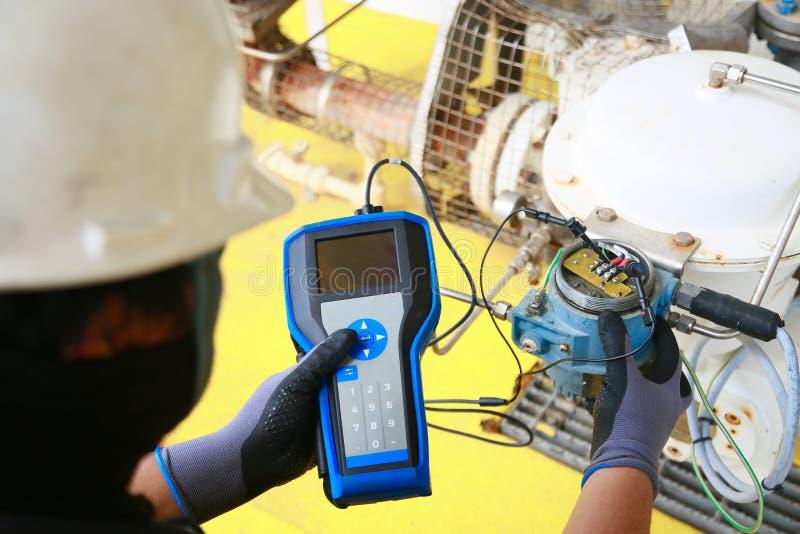 Elektrischer Anschluss im Anschlusskasten und Service durch Techniker Elektrisches Gerät installieren in Bedienfeld für Hilfsprog lizenzfreie stockfotos