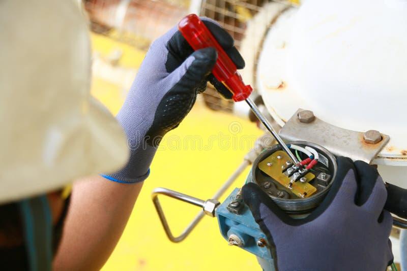 Elektrischer Anschluss im Anschlusskasten und Service durch Techniker Elektrisches Gerät installieren in Bedienfeld für Hilfsprog lizenzfreie stockfotografie