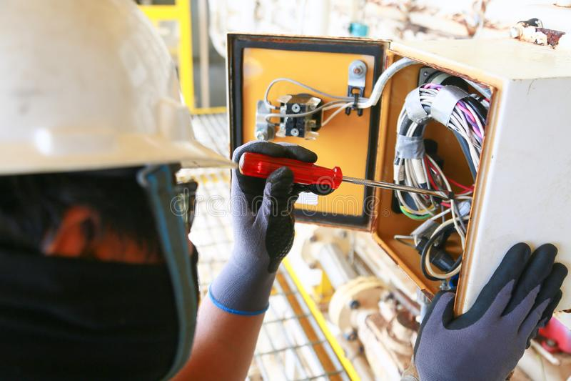 Elektrischer Anschluss im Anschlusskasten und Service durch Techniker Elektrisches Gerät installieren in Bedienfeld für Hilfsprog stockbild