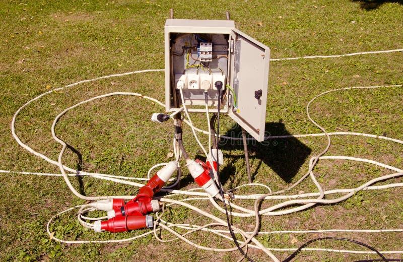 Elektrischer Ausschnitt und Drähte. stockfotografie