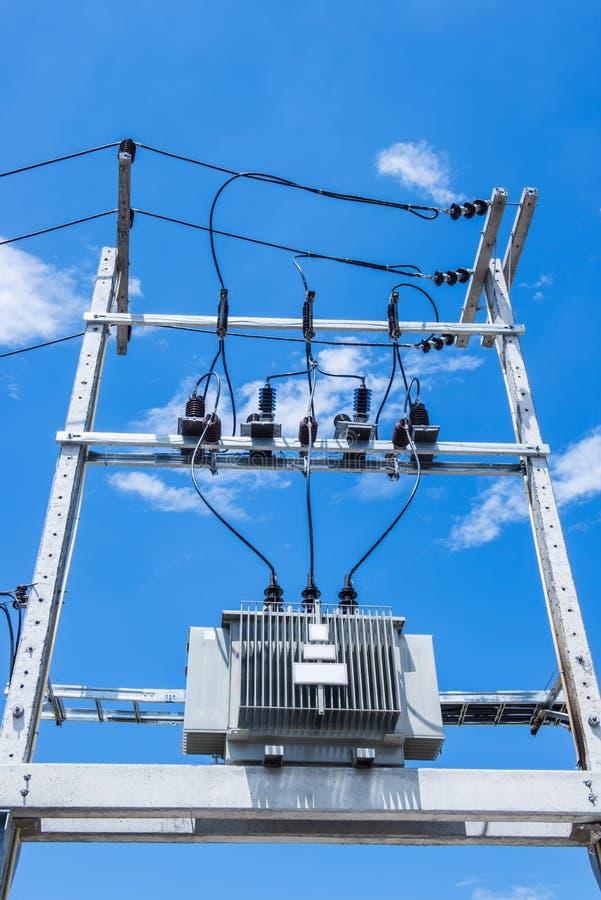 Elektrischer Beitrag durch die Straße mit Stromleitung verkabelt lizenzfreies stockfoto