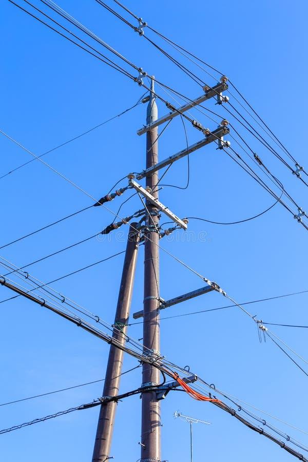 Elektrischer Beitrag mit Hintergrund des blauen Himmels stockbilder