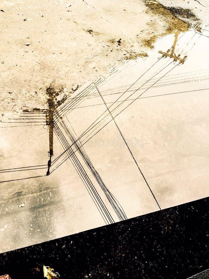 Elektrischer Draht auf Wasser nach Regen stockfotografie