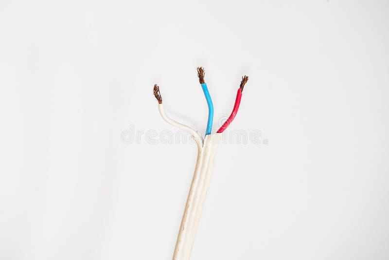 Elektrischer Draht lokalisiert auf weißem Hintergrund stockfotografie