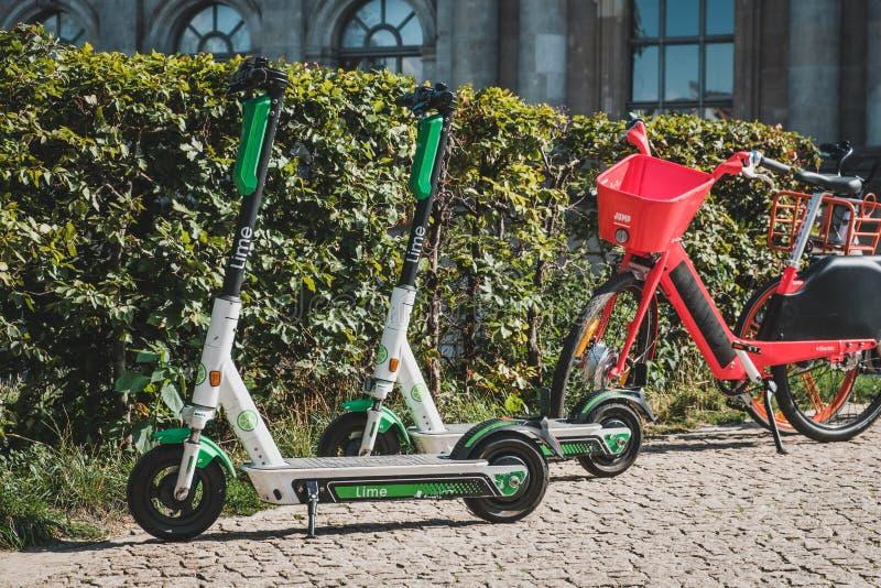 Elektrischer e-Roller, -escooter oder -roller und -fahrrad, die Fahrrad auf Bürgersteig in Berlin teilen stockfoto