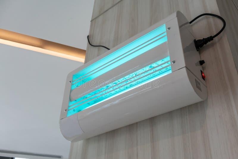 Elektrischer Fliegen- und Insektenmörder mit blauer UVlampe Sch?tzt zuverl?ssig sich vor Insekten stockbild