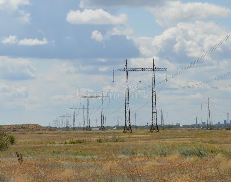 Elektrischer Generator gegen den Himmel lizenzfreie stockfotos