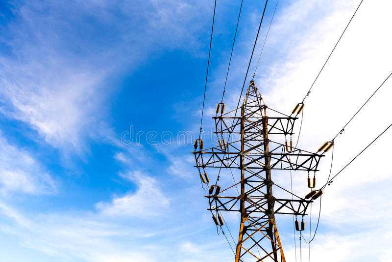 Elektrischer Hochspannungsturm auf Hintergrund des blauen Himmels stockbilder