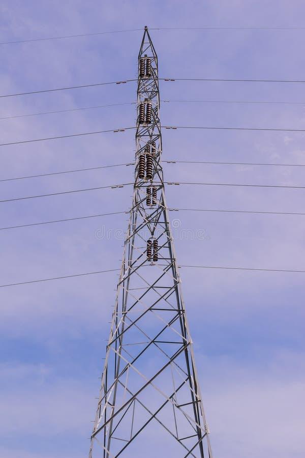 Elektrischer Hochspannungsturm gegen Hintergrund des blauen Himmels lizenzfreie stockfotografie