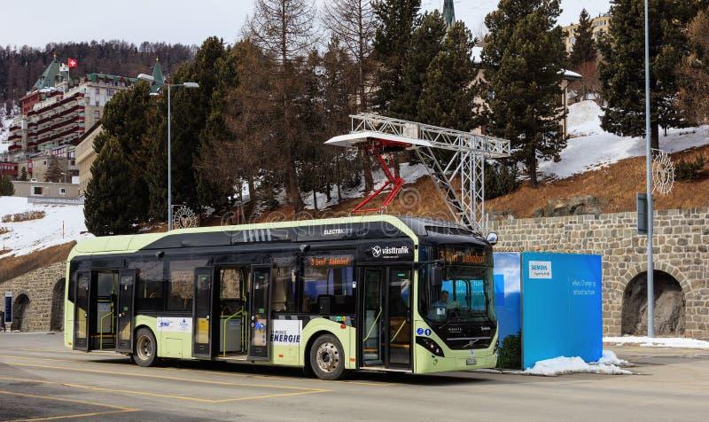 Elektrischer hybrider Bus Volvos 7900 an einer Schnelladungsanlage in St Moritz, die Schweiz lizenzfreies stockfoto