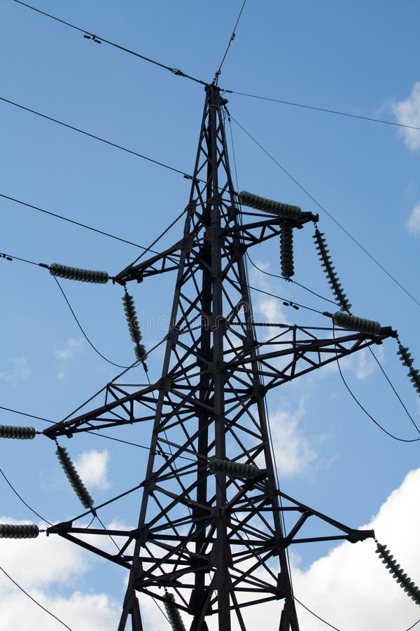 Elektrischer Kontrollturm mit Isolierungen von der Nebenstelle lizenzfreie stockfotografie