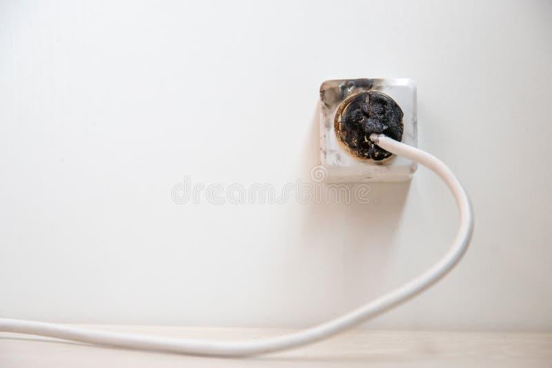 Elektrischer Kurzschluss Der Ausfall, der durch brennenden Draht verursacht werden und der Rosettensockel verstopfen im Haus lizenzfreies stockbild