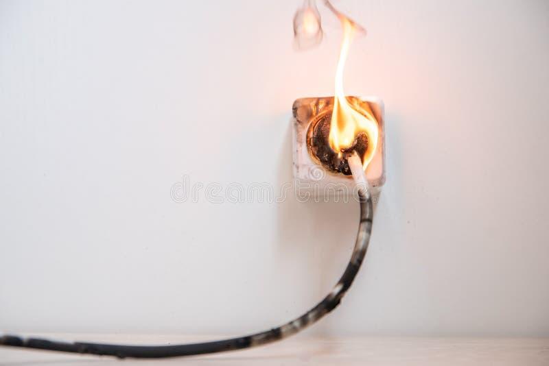 Elektrischer Kurzschluss Der Ausfall, der durch brennenden Draht verursacht werden und der Rosettensockel verstopfen im Haus lizenzfreies stockfoto