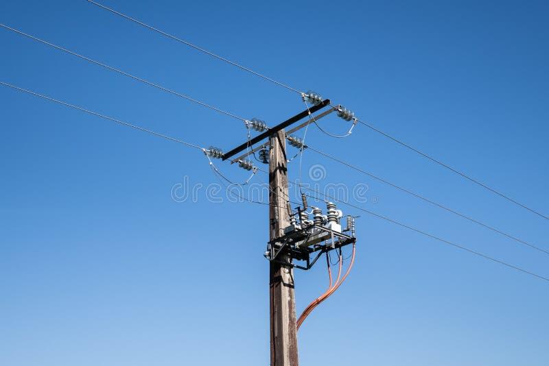 Elektrischer Mast mit Hochspannungstransformator lizenzfreie stockfotos