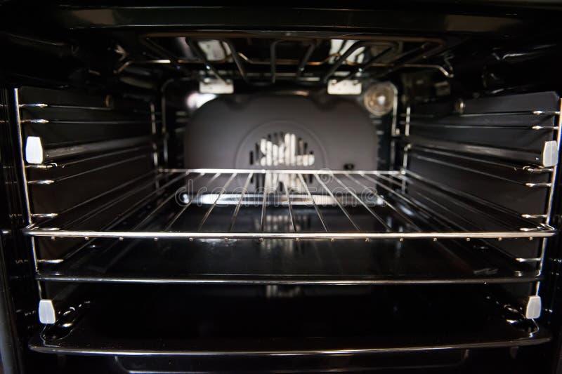 Elektrischer Ofen nach innen stockbild