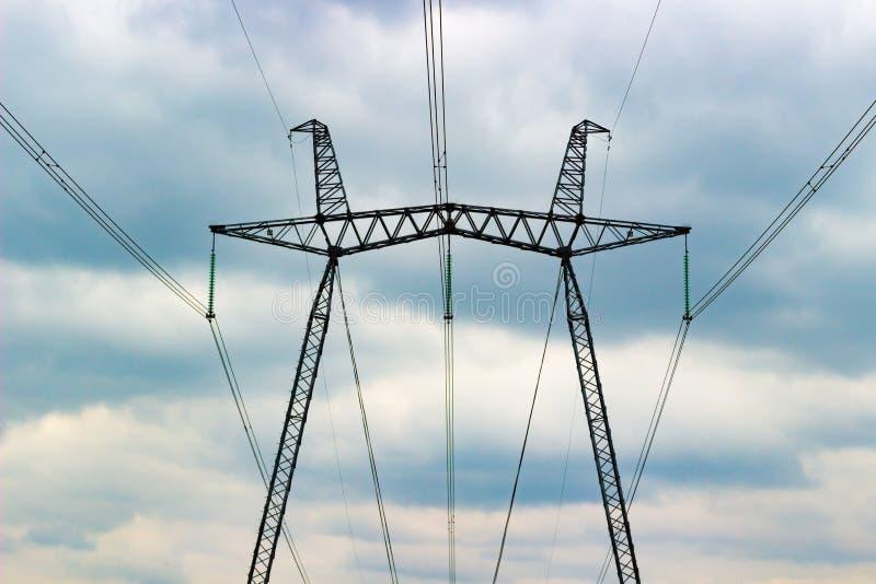 Elektrischer Pfosten auf bewölktem Himmel lizenzfreie stockfotografie