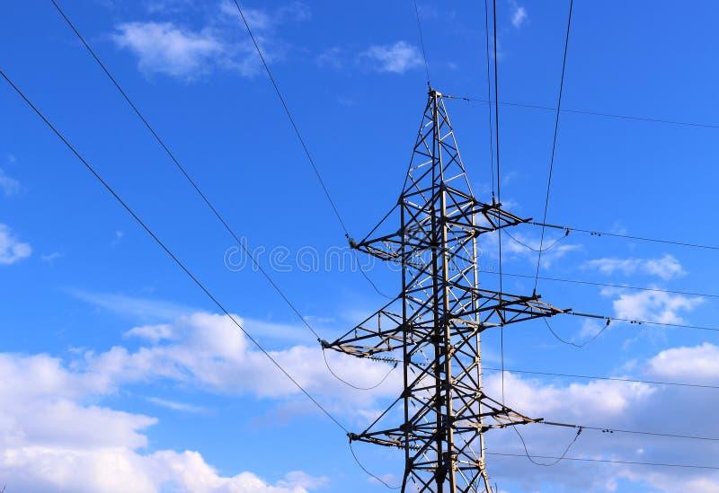 Elektrischer Pfosten auf blauem Himmel stockfoto