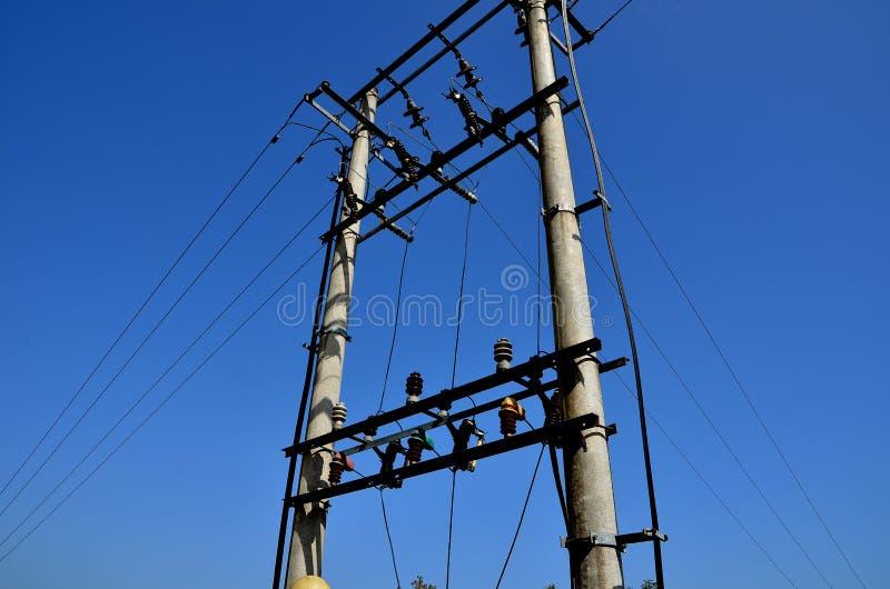 Download Elektrischer Pol Und Blauer Himmel Stockbild - Bild von geschäft, zeile: 27733871