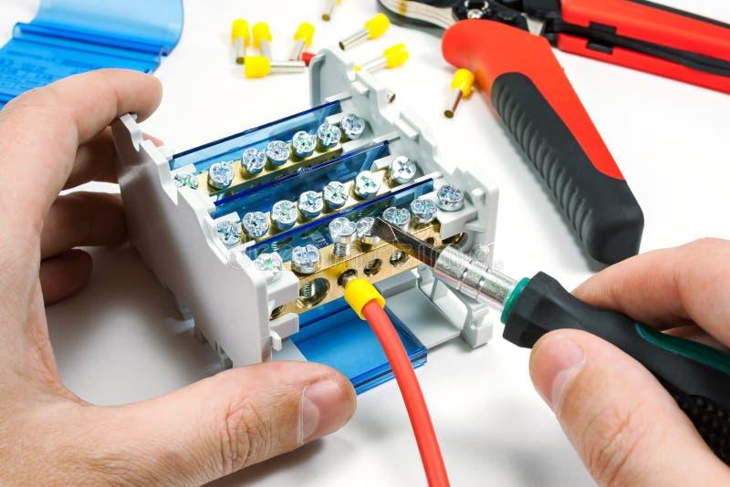 Download Elektrischer Queranschluß Der Verbindung Zum Stromkabel Auf Einem  Weißen Hintergrund Stockbild   Bild Von Beschädigt